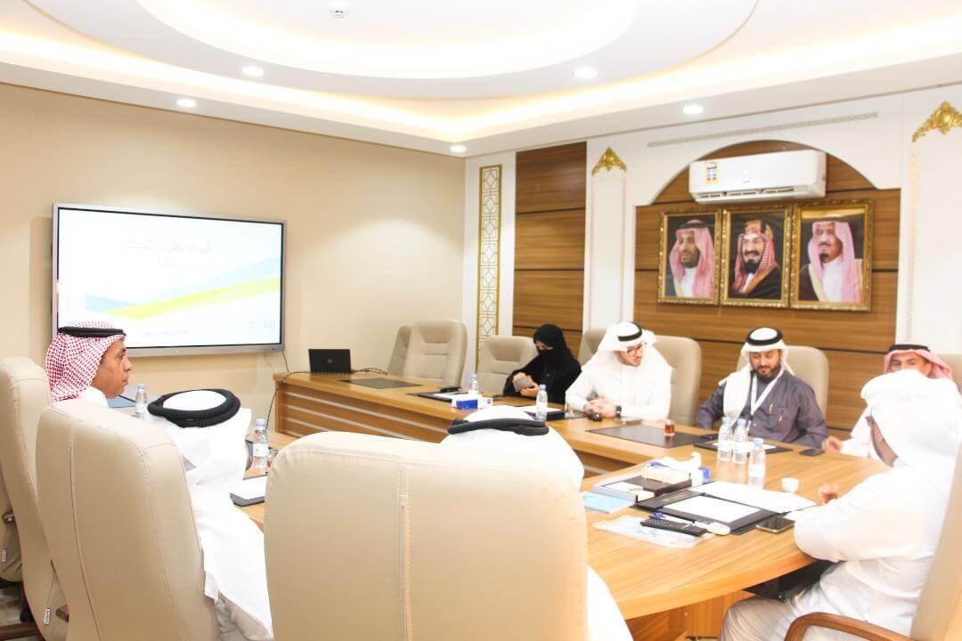 مدير جامعة بيشة يلتقي فريق شركة تطوير للمباني